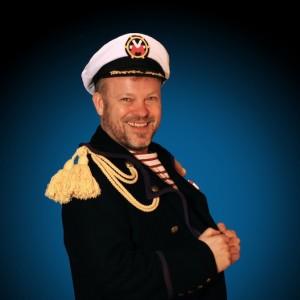 De Kapitän Mullebutz (Dan Tanson) ass am léifsten mam Schëff um Mier a wann hien de richtegen Toun trëfft ass hien extra happy!